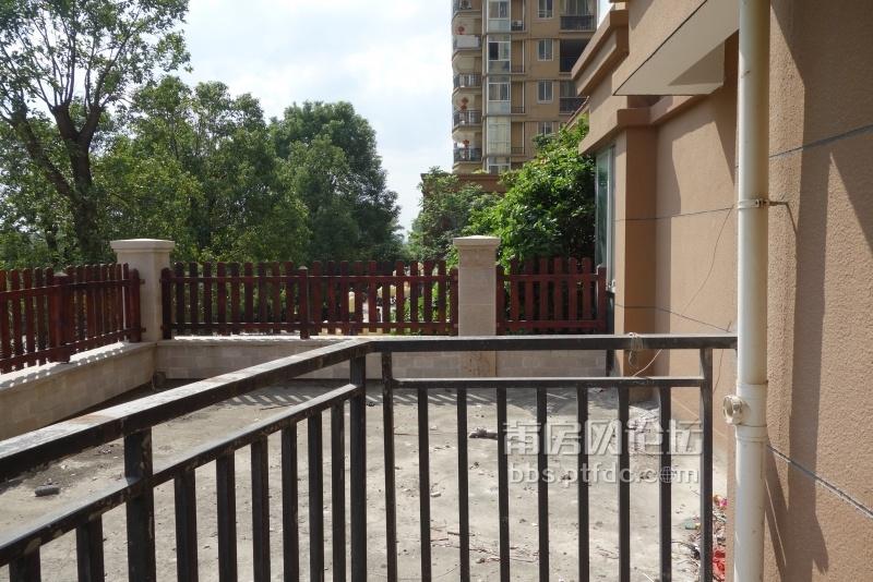 露台右侧水泥地