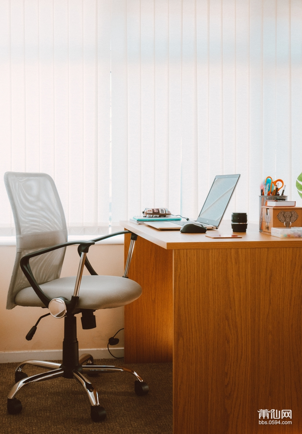office-chair-and-desk-1957477.jpg