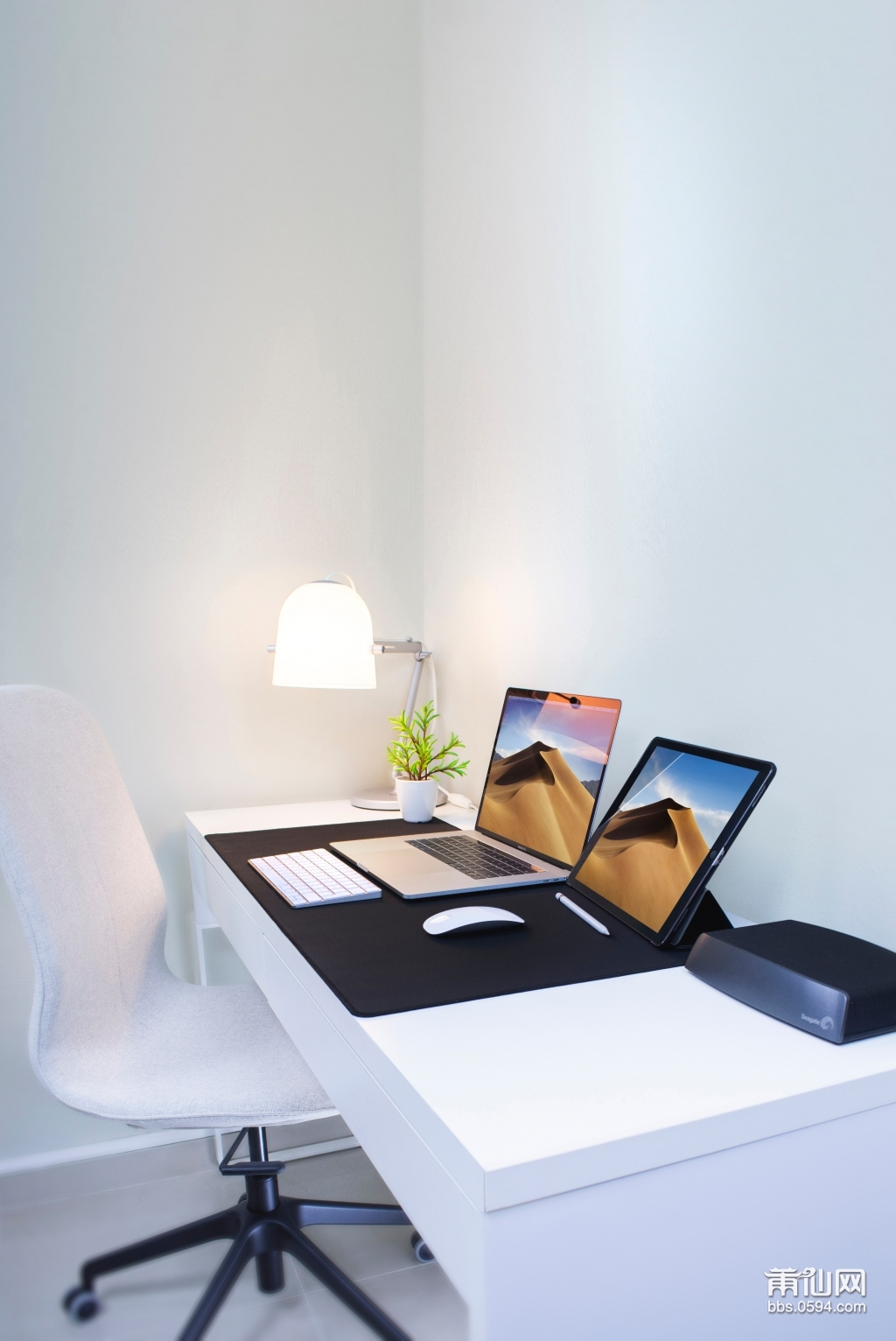 photo-of-a-laptop-and-a-tablet-on-the-table-2528118.jpg